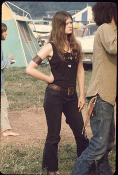 Festival Fashion Inspiration From The Original Hippies: Woodstock 1969 1969 Woodstock, Festival Woodstock, Woodstock Hippies, Woodstock Music, Foto Fashion, 70s Fashion, Fashion Vintage, Seventies Fashion, Hippie Fashion