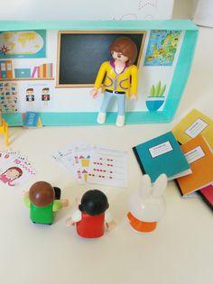 """Tous les enfants adorent jouer à la maîtresse, alors pour eux, Momes a imaginé ce petit jeu de maîtresse à imprimer et à emporter partout : """"Ma p'tite école à emporter"""". Il vous faudra une boîte de Kiri, le fichier à imprimer et vos petits personnages. Pour le reste il y a tout ce qu'il faut : les cahiers, le tableau noir et la craie, les affiches et même une marelle pour l'heure de la récré. Alors, on joue à la maîtresse ? Diy Handmade Toys, Diy For Kids, Crafts For Kids, Cardboard Toys, Dollhouse Toys, Christmas Illustration, Kids And Parenting, Diy Art, Kids Playing"""
