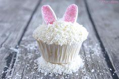 Osterhasen-Kokos-Cupcakes - superlecker mit saftigem Teig dank Kokosmilch & Kokosraspeln, Buttercreme-Frischkäse-Frosting & Marshmallows mit rosa Dekozucker