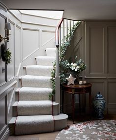 An townhouse in the Cotswolds, dressed for Christmas Christmas Interiors, Christmas Home, Bespoke Staircases, Flur Design, Family Room, Home And Family, Hallway Designs, Moon Decor, Hallway Decorating