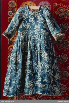 Timeless charm in this child& dress from century Sweden. - Timeless charm in this child& dress from century Sweden. Blue printed … Timeless charm in this child& dress from century Sweden. Blue printed cotton with floral motifs. 18th Century Dress, 18th Century Clothing, 18th Century Fashion, Historical Costume, Historical Clothing, Textiles, Vintage Outfits, Vintage Fashion, Indigo