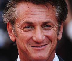 Sean Penn 17-08-1960 Amerikaanse acteur en regisseur. Hij won in 2004 een Oscar voor zijn hoofdrol in Mystic River, na drie keer eerder genomineerd te zijn geweest. In 2009 won hij hetzelfde beeldje nogmaals, voor Milk. Penn is tevens goed voor meer dan 45 andere filmprijzen, waaronder een Zilveren Beer (voor Dead Man Walking) en een Golden Globe (voor Mystic River). Hij trouwde Madonna in 1985 en scheidde in 1989 van haar. https://youtu.be/S-9iuEQcJHs