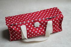 Porte-cake à rabats et son tuto! Coin Couture, Couture Sewing, Sewing Hacks, Sewing Projects, Diy Sac, Leather Apron, Purses And Bags, Coin Purse, Pouch