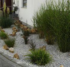 Garten mit gräsern und steinen gestalten  Vorgarten mit Steinen und Gräsern | Outdoor spaces | Pinterest ...