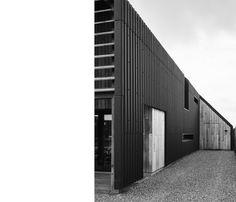 201433 schuurwoning   ARCHITECTUURSTUDIO SKA Cladding, Bungalow, Garage Doors, Cottage, Cabin, Studio, Outdoor Decor, Modern, House Ideas