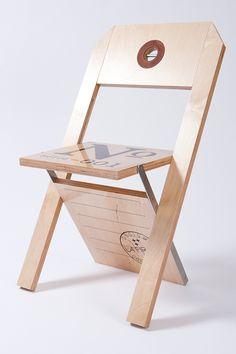 DESIGN: Félix Guyon & La Firme // CLIENT: La FirmeChaise pliante dont le premier modèle a été développé pour les Rencontres Internationales du Documentaire de Montréal (RIDM). La chaise peut être personnalisée selon l'événement. Entièrement faite de meri…