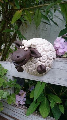 Lustiges Bank/Zaunhocker *Schaf* modelliert aus weissem und dunklem Ton... Versehen mit einem 2,5cm breitem Schlitz...so ist es ihm möglich bäuchlings auf einer Bank/Stuhllehne oder einem...