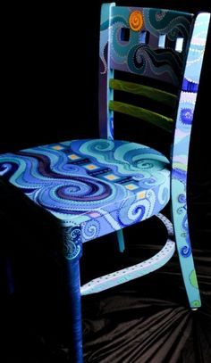 ▷ ideas on how to spice up old furniture- wooden chair old blue chair painting diy art furniture restoration - Hand Painted Chairs, Funky Painted Furniture, Funky Furniture, Paint Furniture, Furniture Projects, Furniture Makeover, Painted Tables, Eclectic Furniture, Decoupage Furniture