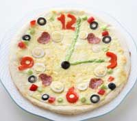 #FunFood Pizza Clock.  Neat way to learn about telling time.