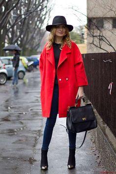 Cappotto oversize e jeans skinny - Look con capi rossi e neri.