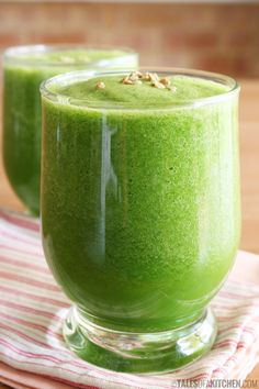 yum - like this one Super Green Super Vibrant cucumber, apple & ginger smoothie. Will load you up with a WHOLE lot of goodness before you walk out the door. Best Green Smoothie, Ginger Smoothie, Healthy Green Smoothies, Apple Smoothies, Green Smoothie Recipes, Juice Smoothie, Smoothie Drinks, Lemon Smoothie, Smoothie Detox