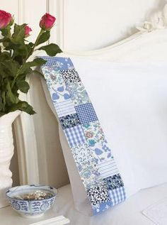 Pillowcase edges - so, if you've made a patchwork quilt, you can use the leftovers to make this to coordinate.love, love, love this idea.pillow cases are usually too short for my liking. Quilting Tips, Quilting Tutorials, Quilting Projects, Quilting Designs, Sewing Projects, Sewing Patterns, Quilt Patterns, Quilted Pillow, Patchwork Pillow