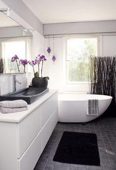 Moderni kiviamme, josta on mukava katsella ulos kylpiessä, löytyi Lempäälän Aquaspasta ja tilattiin netin kautta. Ikkunan ja ammeen välistä kekseliästä näkösuojaa on helppo liikutella. Kaapisto ja taso ovat Kvikin ja allas ostettiin Vitrasta Tallinnasta. Starkin ja K-Raudan mallistoista löytyivät laatat lattiaan ja seiniin. | Pinkillä terästetty | Koti ja keittiö