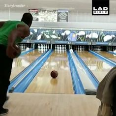 """Amazing bowling trick - """" Best Picture For trends moodboard For Your Taste You are looking for someth - Funny Vidos, Funny Pranks, Funny Laugh, Stupid Funny Memes, Hilarious, Funny Video Memes, Funny Short Videos, Flick Flack, Beste Gif"""