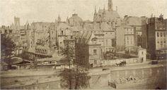 Paris, une photo saisissante, prise entre 1850 et 1854, du quai des Orfèvres, de l'ancienne Préfecture de police et de la rue de Jérusalem, disparue et englobée dans l'actuel Palais de Justice. L'Hôtel des premiers présidents du Parlement fut occupé de 1800 à 1871 par la Préfecture et incendié le 24 mai 1871. Une photo de Pierre Ambroise Richebourg (1810-1875).