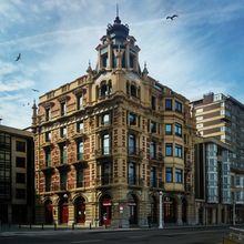 Gijón - Edificio situado frente a la escalera 3 del muro de San Lorenzo, Gijón.