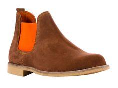 Bota Safari - Desert boots de color camel o marrón claro en piel de ante con elástico de color naranja.