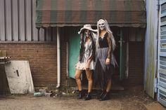 Prachtig #Halloween kostuums voor dames. De dames zijn geschminkt en hebben een #skull op hun gezicht. Inspiratie voor jouw Halloween kostuum! High Low, Kimono Top, Tops, Dresses, Women, Fashion, Nice Asses, Vestidos, Moda