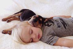 子どもの寝顔がかわいいのと同じように、子犬の寝顔もまたかわいいもの。ならば、子どもと子犬が一緒に寝てたら? そりゃ、もう完全なシ...