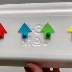 Отличный способ помочь ребёнку запомнить понятия ✅вверх ✅вниз ✅влево ✅вправо ⠀ ⠀ Все что нужно👇🏻 ♦️подложка или коробка ♦️канцелярские гвоздики ♦️картон для стрелок ⠀ Малыш расставляет стрелки по карточкам, и вы вместе с ним проговариваете стороны: вверх/вниз/влево/вправо Kindergarten Learning, Preschool Learning Activities, Fun Activities For Kids, Infant Activities, Preschool Activities, Indoor Games For Kids, Games For Toddlers, Diy Crafts For Kids Easy, Kids And Parenting