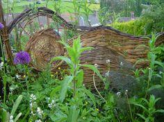 So ein Weidenzaun hebt jeden Naturgarten hervor!