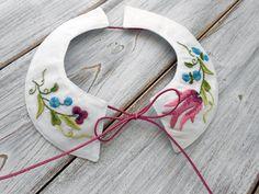Festlicher Kragen für kleine Mädchen mit handstickerei ist sehr praktisch. Er ist wunderbar kombinierbar mit… Washer Necklace, Embroidery, Jewelry, Fashion, Kids Clothes, Baby Girls, Needlework, Needlepoint, Jewlery