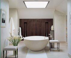 Pour un esprit zen, mariez le bois brut, un mobilier blanc et quelques végétaux. Cette déco salle de bain blanche exploite le thème zen et nature, idéale pour les moments de détente après le travail. <br /><br />Photo : Mel Yates