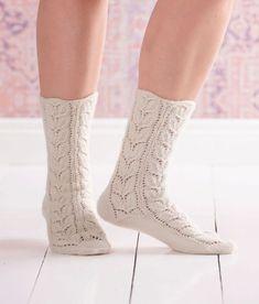 Suomen kansalliskukka kielo on pääosassa näissä pitsineulesukissa. Lace Socks, Crochet Socks, Knitted Slippers, Wool Socks, Slipper Socks, Knit Mittens, Knitting Socks, Hand Knitting, Knit Crochet