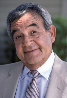 Tom Bosley (1927–2010) Bosley is best known for portraying Howard Cunningham on the long-running ABC sitcom Happy Days. He also was featured in recurring roles on Murder, She Wrote, and Father Dowling Mysteries. He originated the title role of the Pulitzer Prize-winning Broadway musical Fiorello!, earning the 1960 Tony Award for Best Performance by a Featured Actor in a Musical.
