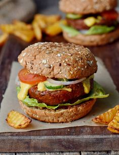 These tasty and flavorful veggie burgers are plant-based, gluten-free, and delicious! Easy and healthy fast-food recipe! Healthy Fast Food Options, Fast Healthy Meals, Healthy Recipes, Flammkuchen Vegan, Vegan Barbecue, Beste Burger, Black Bean Burgers, Vegetarian Cooking, Vegan Food