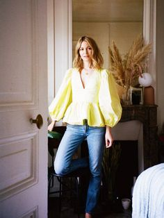 French jeans outfits: Marissa Cox in a yellow blouse and skinny jeans Julia Roberts, Sexy Date Outfit, French Capsule Wardrobe, Parisian Chic Style, French Outfit, Moving To Paris, Straight Cut Jeans, Zara Shirt, Yellow Blouse