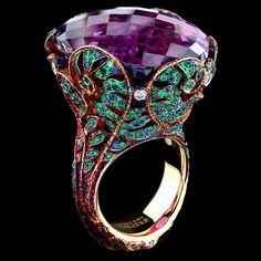1 amethyst 66,16 ct 5 diamonds 0,15-0,17 ct 102 sapphires 0,72-0,74 ct 288 tsavorites 1,85-1,88 ct 18K yellow gold 22,4-22,6 g
