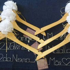 (3-3) Será que só a noiva precisa  de um cabide personalizado? 🙇🙎 Olhem essa encomenda... as mães também ganharam um. 😍🎁 #aramedeideias #cabidepersonalizado #arame #casamento #vestidodenoiva #makingof