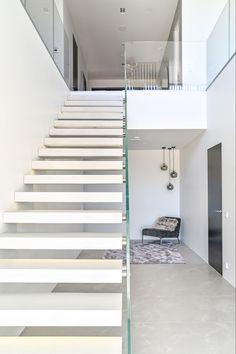 Leijuvat portaat samettisesta, korkealujuus valkobetonista. Toimitimme pitkästä aikaa leijuvat betoniportaat Pohjois-Suomeen. Olemme kehittäneet tämän mallin rakennetta siten että se voidaan asentaa nyt myös valuharkkoseinään omatoimisesti. #finnishdesign, #sisustusbetoni #mittapuu #stairs #design #hoveringstairs #designstairs #portaat #leijuvatportaat #koti #kodinsisustus #kotisisustus #sisustus Koti, Stairs, Design, Home Decor, Stairway, Decoration Home, Room Decor, Staircases