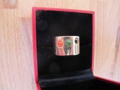 Ring met drie edelstenen. ntwerpen exclusieve sieraden Edelsmederij Turmali ontwerpt exclusieve sieraden. Daarbij maakt ze gebruik van 3d ontwerpprogramma's. Samen met de klant ontwerpen we in 3d. Klanten kunnen hierdoor optimaal betrokken zijn bij hun ontwerp. Maken van exclusieve sieraden Edelsmederij Turmali combineert moderne 3d printtechniek en moderne giettechniek met ouderwets vakmanschap om uw sieraden te maken.