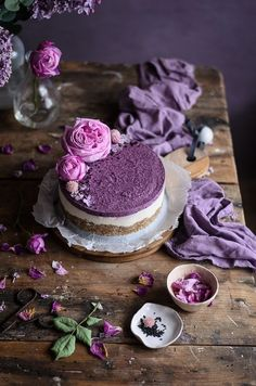 Cheesecake vegan de baunilha, coco e mirtilos // Blueberry vanilla coconut raw cheesecake I have an obsession for these vegan or raw cheesecakes, I've made several wonderful versions of them all. They call it cheesecake but it's just … Dark Food Photography, Cake Photography, Cheesecake Vegan, Blueberry Cheesecake, Purple Food, Macaron, Beautiful Cakes, Food Inspiration, Dessert Recipes