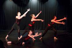 «Αγγελικά Πλασμένοι» - μια παράσταση για την πορεία του ανθρώπου προς το «τέλειο»  Την   πορεία του ανθρώπου προς το «τέλειο»  αντικατοπτρίζει η παράσταση «Αγγελικά Πλασμένοι», που «ανεβάζει» η «Σχολή Χορού Μπέττυ Βυτινάρου» στις 5 το απόγευμα της Κυριακής 27 Μαΐου 2018 στο «Θέατρο Κάτω Από Τη Γέφυρα», στο Νέο Φάληρο, στον Πειραιά.