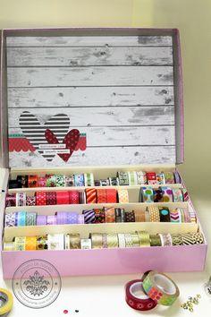 GUARDA WASHI TAPES Fin de semana de medio año, perfecto para reacomodar nuestro lugar con una forma sencilla y hermosa para guardar nuestras cintas o washi tapes reutilizando !!! Además conóce a las ganadoras del mes, no te lo pierdas http://crea-lo-inimaginable.blogspot.mx/2016/06/caja-para-washis.html #scrapbook #manualidades #crafting #texturarte