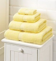 These pale Yellow towels look so fluffy and inviting! Pastel Yellow, Shades Of Yellow, Lemon Yellow, Mellow Yellow, Color Yellow, Yellow Baths, Yellow Bathrooms, Yellow Cottage, Rose Cottage