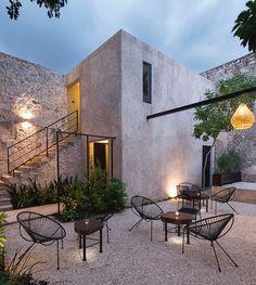 La recuperación de una casa colonial para convertirla en bar, a cargo de Nauzet Rodríguez, debió ceñirse estrictamente a la naturaleza propia del edificio y a su catalogación como Monumento Histórico✨Conoce todo el proceso en el link de la Bio. : Pim Schalkwijk #Merida #Yucatan #Mexico #arquitecturamexicana