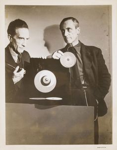 Anonyme_Marcel Duchamp and Hans Richter with Rotoreliefs, 1947