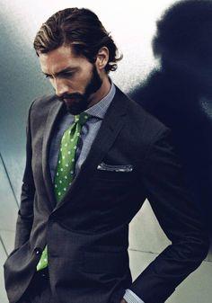 ダークグレースーツとグリーンタイを合わせた着こなし                                                                                                                                                                                 もっと見る