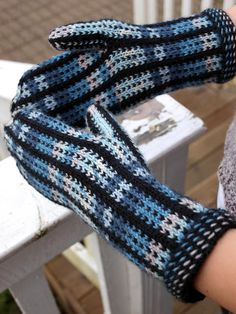 Ravelry: Pallas pystyraidalla pattern by Paula Loukola Fingerless Mittens, Knit Mittens, Knitted Gloves, Knitting Socks, Wrist Warmers, Diy Clothing, Handmade Clothes, Malli, Ravelry