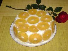 Se amestecă 6 gălbenuşuri cu 350 grame zahăr şi se freacă până se topeşte zahărul. Se amestecă cu 1/2 litru lapte şi se continuă amestecarea încălzindu-se pe baie de apă, până când crema ajunge de consistenţa unei smântâni. 3 pliculeţe gelatină se amestecă cu 5-6 linguri de… Russian Desserts, Romanian Food, Sweet Tooth, Pie, Pudding, Sweets, Pastries, Random, Torte