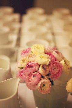 Ranunkeln als Brautstrauß und farblich passend die Kleider der Brautjungfern.
