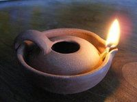 [Collectif de reconstitution de matériels de Terre Sainte au XIIe siècle] : Une Lampe à huile