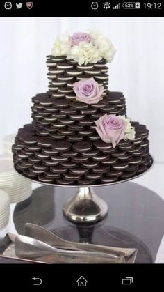 Oreo cookie favors unite America's favorite cookie with wedding bliss. However elaborate or simple the design, it is a beautiful way to celebrate the joy of the occasion with Oreo cookies. Oreo Wedding Cake, Wedding Desserts, Cookie Bar Wedding, Wedding Dessert Buffet, Dessert Ideas For Wedding, Wedding Cake Tables, Cheep Wedding Ideas, Cheap Wedding Food, Cheap Wedding Cakes