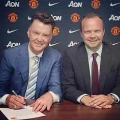 The Boss signing his contract with The Greatest Club in the world...  Let the show begin  ♥