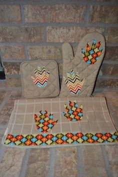 Great homemade Christmas gift idea! Your child's hand print in fabric on oven mitts, pot holders, and towelsI(from the dollar store!). Great for grandparent gifts! See site for more fabric ideas and how tow/outline of needed supplies. :) | best stuff