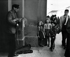 Munich 1957 by Sabine Weiss Modern Photography, Vintage Photography, Black And White Photography, Street Photography, People Photography, Sabine Weiss, Vivian Maier, Robert Doisneau, Willy Ronis